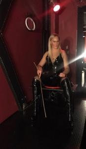 Lady-Dana im Studio mit Peitsche