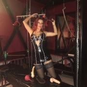 SM-Studio-Berlin-bizarr-lady-fetisch-bdsm--Susanna in Folterkammer mit Streckbank