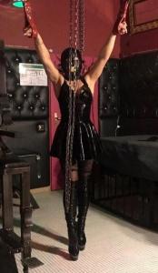 Mistress Dana in Kettenm im Lack Outfir